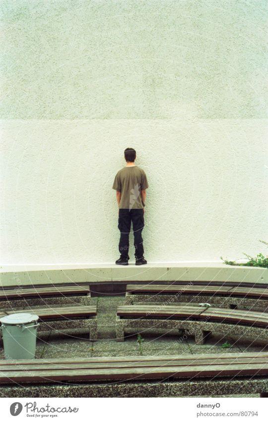 nur noch grau sehen Am Rand Wand Mann Papierkorb grün Hose Park Mauer Jugendliche dezent Junger Mann bernsteinfarben Denken Arbeit & Erwerbstätigkeit Bank Farbe