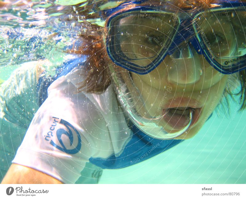 Blubb blubb erstaunt See Frau Taucherbrille Meer hell Neugier Porträt Schnorcheln Luftblase Überraschung Unterwasseraufnahme Junge Frau durchsichtig Sport