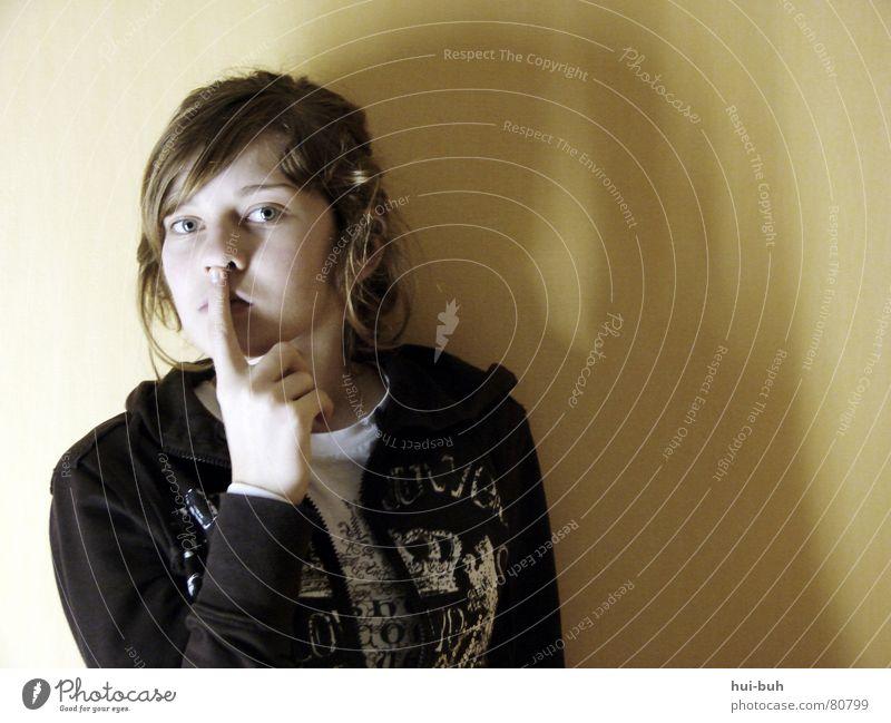 Be quiet ruhig Finger Wand drehen Hand Oberkörper Mensch Gefühle Kommunizieren Jugendliche klamotte Mund Gesicht Nase Ohr Einsamkeit Schatten Arme