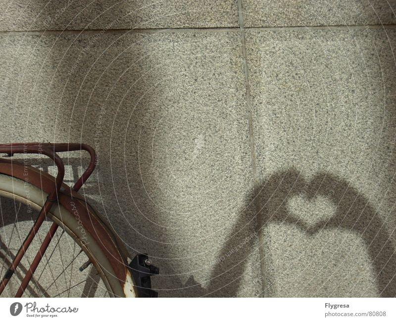 I heart... Hand alt Ferien & Urlaub & Reisen Liebe Wand Mauer Fahrrad Herz fahren Fahrzeug antik mögen herzlich Speichen verdunkeln Rücklicht