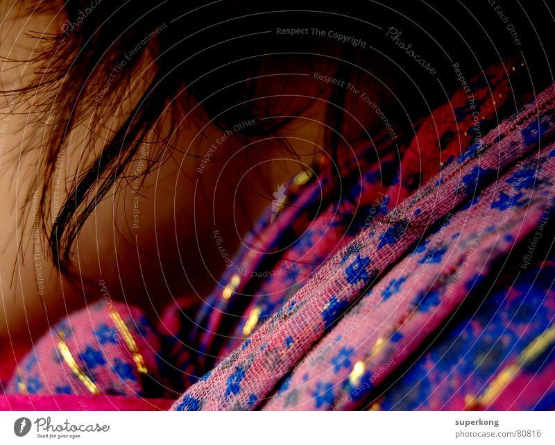 019 Frau Wange anonym Schal Anschnitt Bildausschnitt schwarzhaarig Haarsträhne gesichtslos unerkannt Halstuch unkenntlich dunkelhaarig