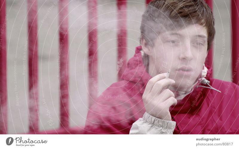 benebelt verraucht Zaun violett magenta grau Zigarette Jacke Erleichterung Porträt Kraft mehrfarbig fatal Nebel Einsamkeit Hand Streifen Langeweile Trauer