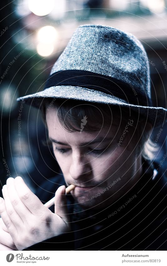 Spare a Fag, mate?! Mensch Mann Jugendliche Hand Winter kalt Mode warten Bekleidung trist beobachten Rauchen Kleid Junger Mann Hut Stress