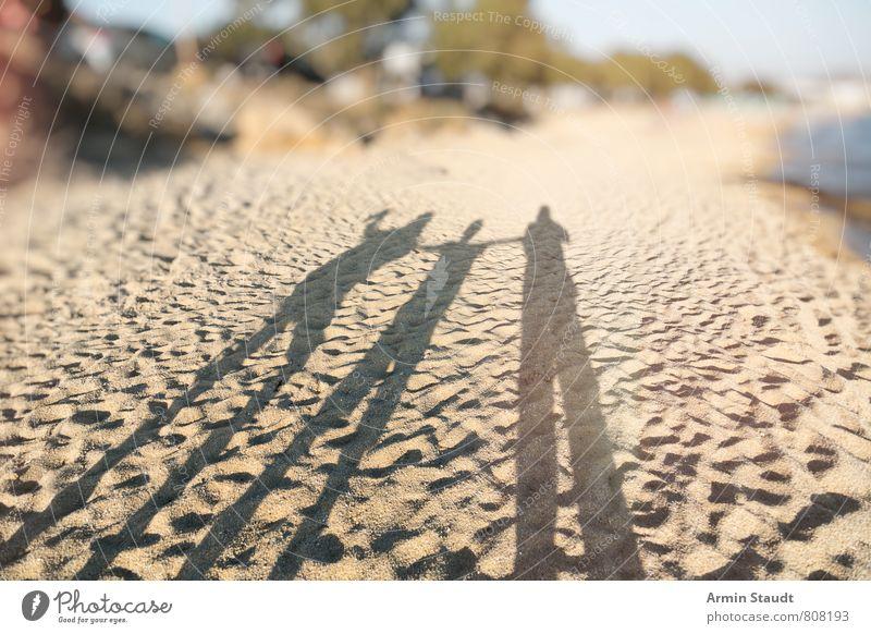 Schatten am Strand Lifestyle Ferien & Urlaub & Reisen Tourismus Ferne Sommer Sommerurlaub Sonne Meer Mensch Vater Erwachsene Geschwister 3 Natur Landschaft
