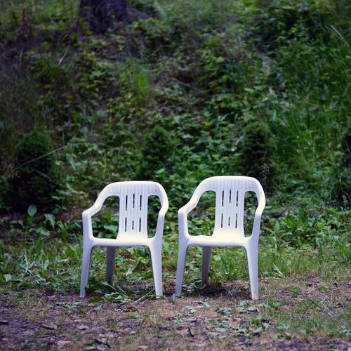 Hochzeitsvorbereitung Feste & Feiern Gartenfest Natur Pflanze Sommer Sträucher Park Stuhl Gartenstuhl grün weiß Traurigkeit Einsamkeit Armut Freundschaft