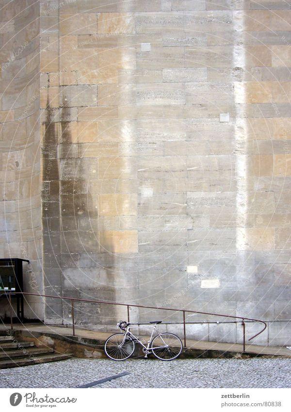 Vor der Volksbühne auf mado warten Fahrrad Fassade Treppe feucht Geländer Kopfsteinpflaster Sandstein Zugang Rampe Fleck Steinwand Behindertengerecht Wasserfleck