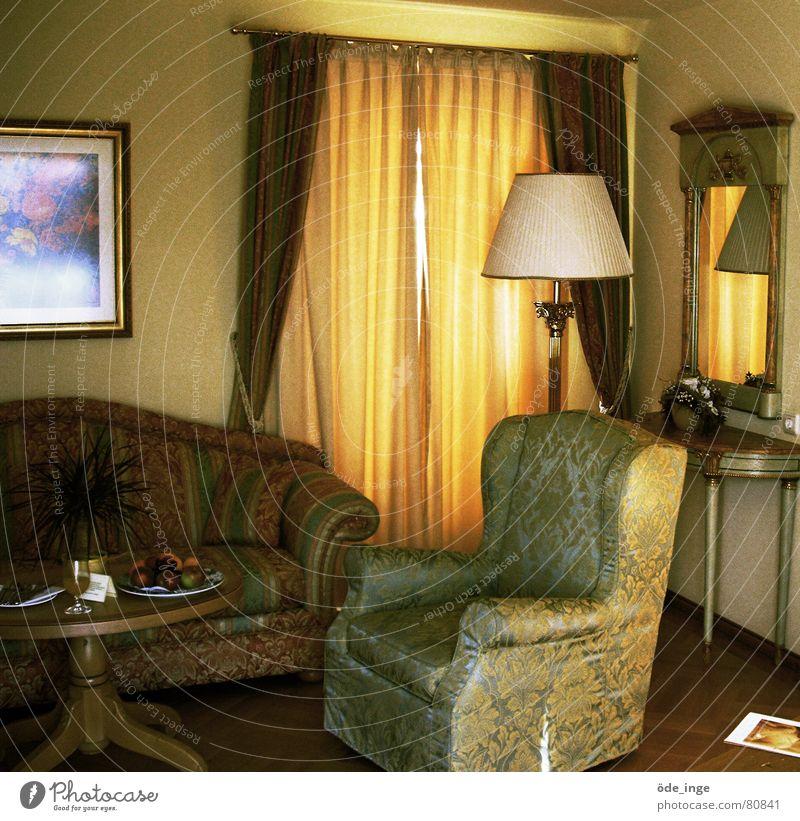 drinne Stehlampe Angeben Reichtum Hotelzimmer Sessel Spiegel Sofa Tisch Lampe Gardine nobel reich gemütlich Möbel Vorhang Parkett Dekadenz erhaben Wohnzimmer
