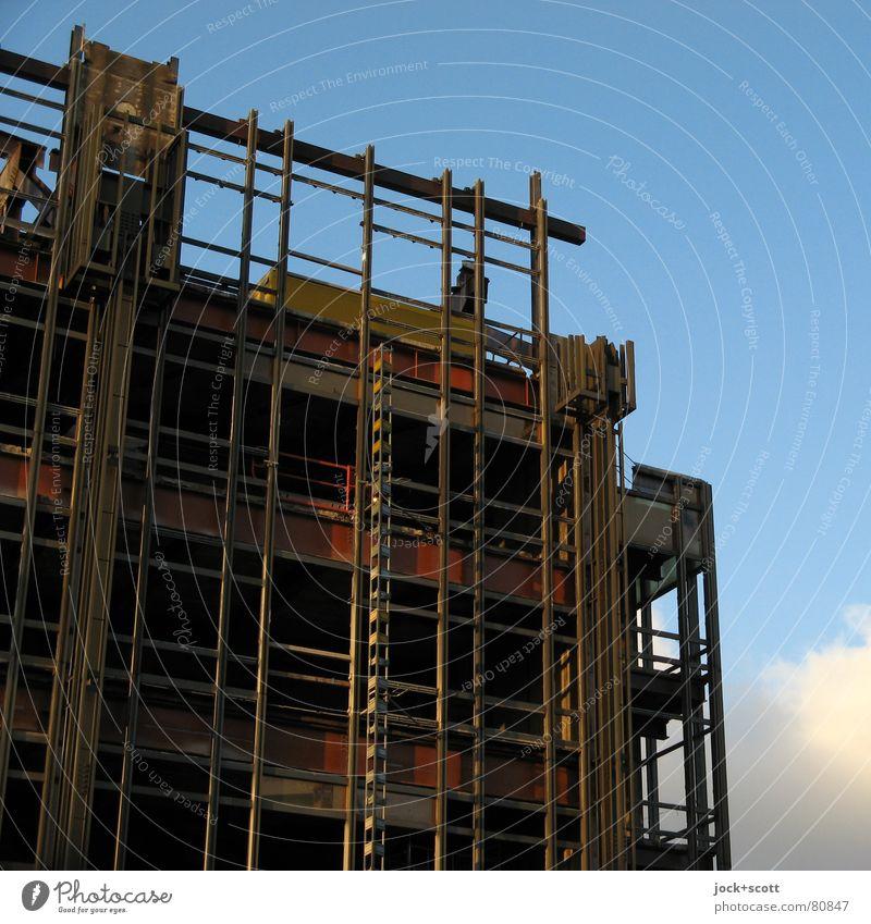der Rest vom Palast der Republik Baustelle Wolken Berlin-Mitte Hauptstadt Ruine Fassade Sehenswürdigkeit Bekanntheit eckig historisch Wärme Stimmung Macht