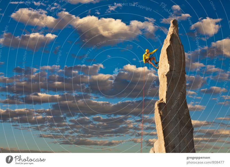 Mensch Wolken Erwachsene Berge u. Gebirge Erfolg Seil Abenteuer Gipfel Klettern Höhenangst Mut Gleichgewicht Bergsteigen selbstbewußt greifen Klippe