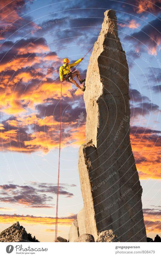 Mensch Mann Wolken Erwachsene Berge u. Gebirge Erfolg Seil Abenteuer Gipfel Klettern Höhenangst Mut Gleichgewicht Bergsteigen selbstbewußt greifen
