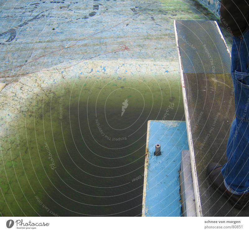 Nichtspringer Wasser alt grün blau Winter Einsamkeit springen Traurigkeit Schuhe Beine leer Trauer trist Bad Schwimmbad kaputt