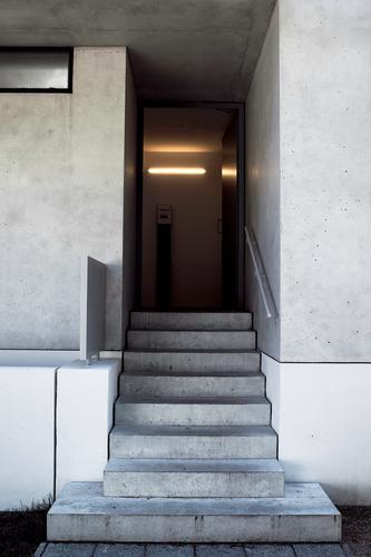 Eingang Stadt Haus dunkel kalt Wand Architektur Mauer Gebäude grau Treppe Tür Schilder & Markierungen modern Schriftzeichen Hinweisschild Beton