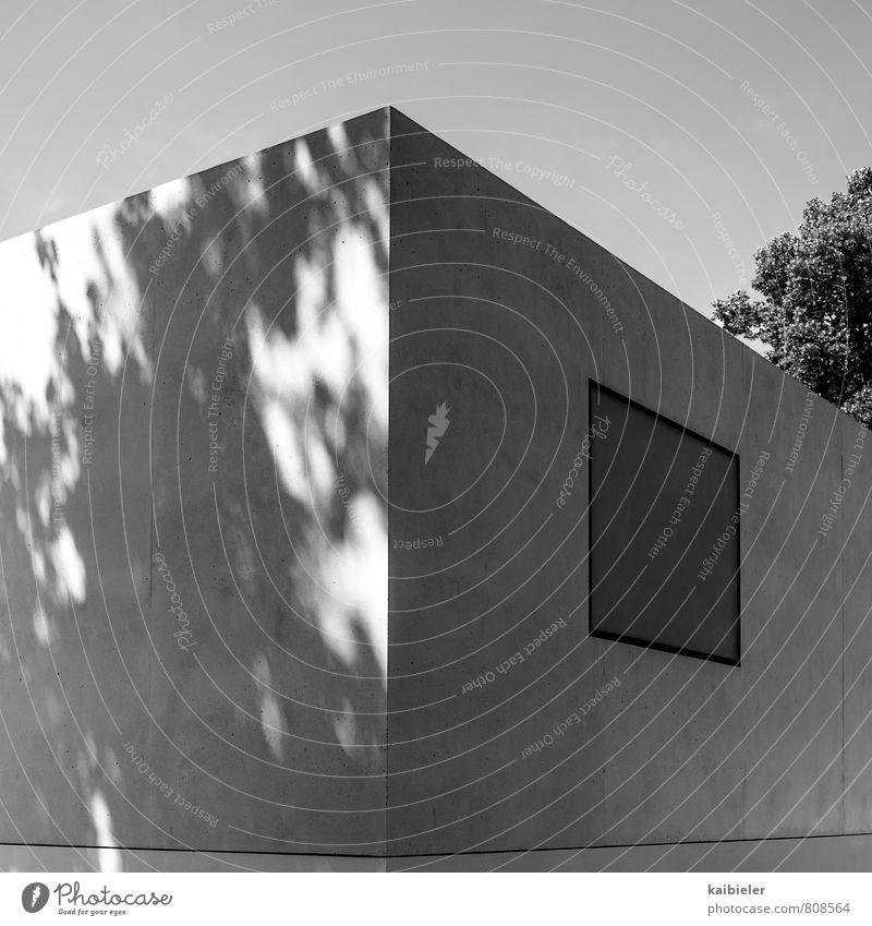 Eckhaus Stadt Menschenleer Haus Bauwerk Gebäude Architektur Mauer Wand Fassade Fenster Beton dunkel eckig modern grau schwarz weiß ästhetisch Eckgebäude Bauhaus