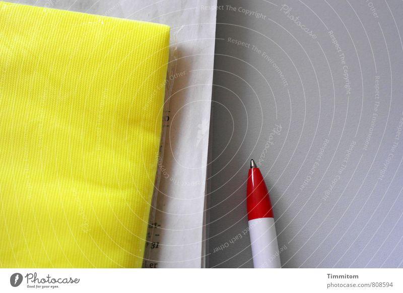 Los geht's Arbeit & Erwerbstätigkeit Büro Warnweste Zeitung Kugelschreiber warten ästhetisch hell gelb grau rot weiß Klarheit Ordnung Schatten Schreibtisch