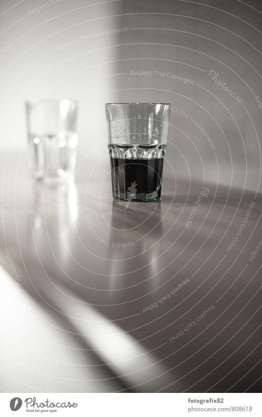 halb voll oder halb leer. Nachtleben Entertainment Bar Cocktailbar Küche Flüssigkeit braun schwarz weiß Glas Wasserglas Cola Cocktailglas Theke 2 zweitrangig