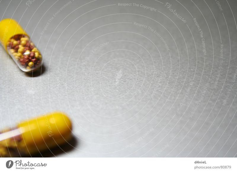 Vitaminbomben 2 Gesundheitswesen gelb Tablette bitter grau Hoffnung Erkenntnis Innenaufnahme Makroaufnahme Nahaufnahme hell Freude Vor hellem Hintergrund