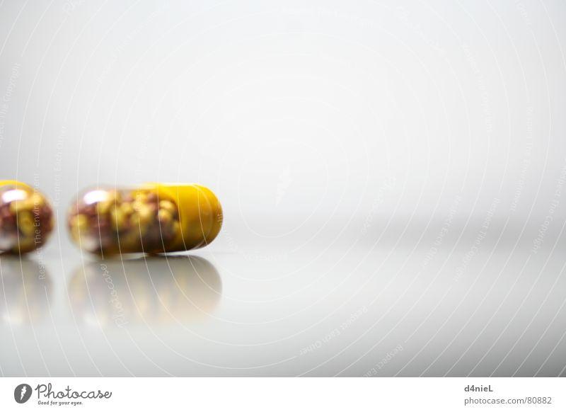 Vitaminbomben 3 Hoffnung Erkenntnis vitaminreich Gesundheitswesen gelb Tablette bitter grau Licht Innenaufnahme Makroaufnahme Nahaufnahme hell Freude