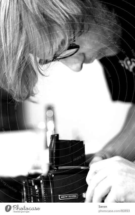 Der Fotograf analog Sucher Porträt Brille Fotografie Werkstatt Mensch Fotokamera Mann Fotografieren Momentaufnahme Schwarzweißfoto picture maker hasselblad Nase