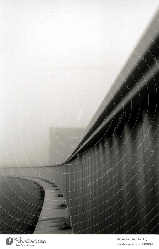 Kurvenreiches Gelände(r) schwarz Haus Straße Wege & Pfade grau Stein Nebel Geländer Bürgersteig Verkehrswege Bordsteinkante bedecken trüb Biegung Schleier