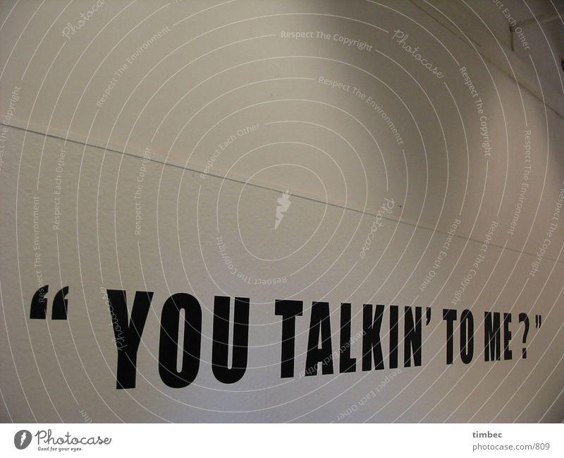 """""""YOU TALKIN' TO ME?"""" Typographie Wand weiß Aachen sprechen Wort Gedanke Fragen Design Licht Fototechnik you talking to me Schriftzeichen fh verrückt"""