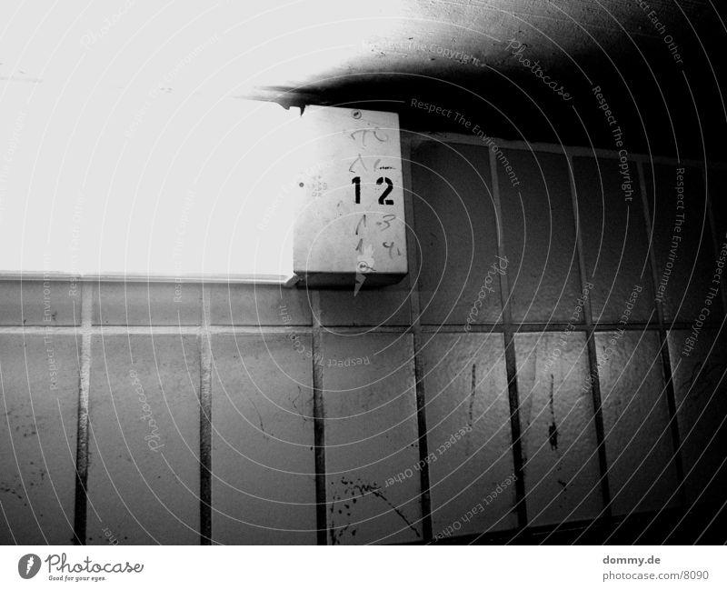 .:12:. Ziffern & Zahlen Licht Makroaufnahme Nahaufnahme Schwarzweißfoto kaz