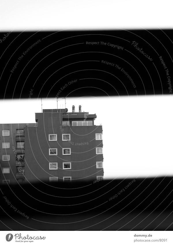 Hinter Gittern Gebäude trist Einsamkeit Architektur Schwarzweißfoto kaz