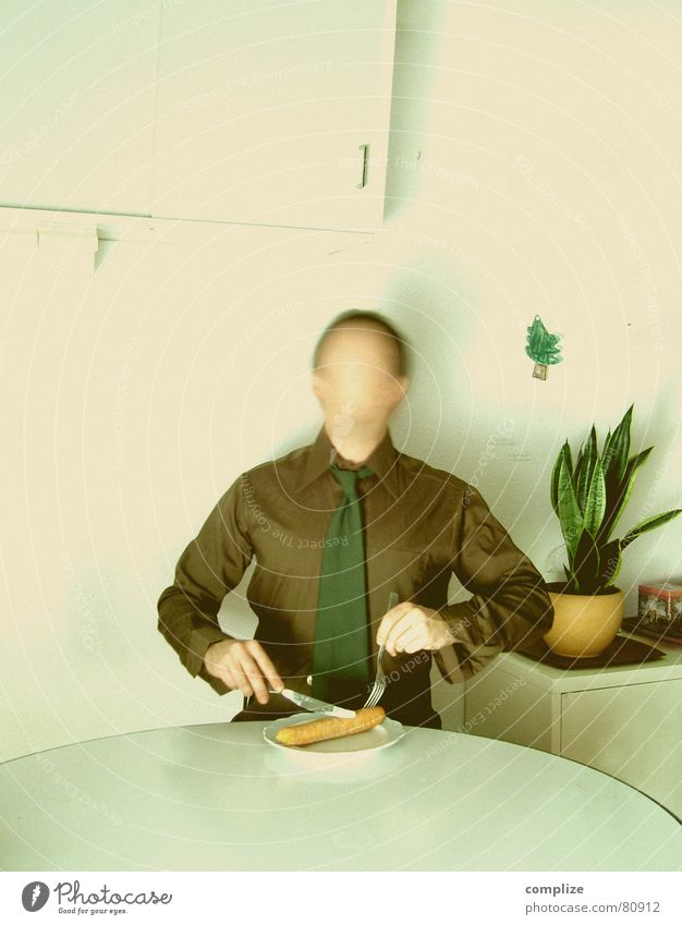 Weihnachten bei Maslowski Mann weiß Baum Einsamkeit Erwachsene Essen Arbeit & Erwerbstätigkeit Angst sitzen verrückt Ernährung Tisch Pause Hemd Frühstück Teller