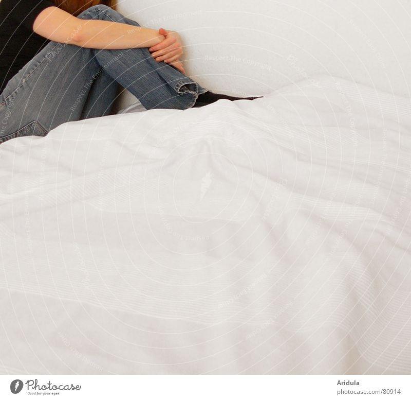 eckenhocker Frau Mensch Hand blau feminin Wand Traurigkeit Angst warten Arme sitzen Trauer Ecke trist Bett Hose