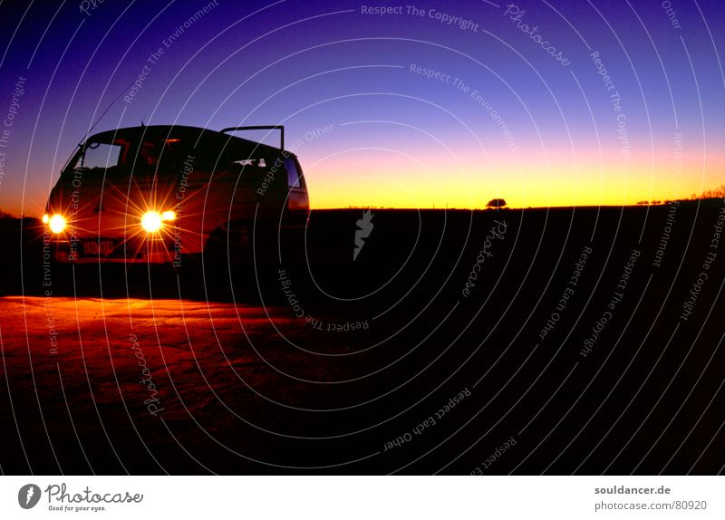 Australian Dawn Ferien & Urlaub & Reisen ruhig Stil PKW Horizont Abenteuer Reisefotografie Wüste violett Abenddämmerung Australien Autoscheinwerfer Wagen schweigen Farbverlauf Outback