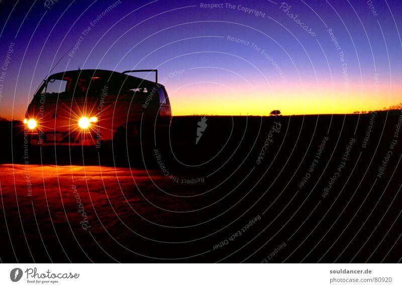 Australian Dawn Ferien & Urlaub & Reisen ruhig Stil PKW Horizont Abenteuer Reisefotografie Wüste violett Abenddämmerung Australien Autoscheinwerfer Wagen