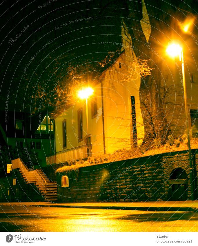 Mainstreet III Herkunft gelb grün dunkel Einsamkeit Nacht Licht Lampe Hauptstraße Regen nass Bürgersteig Bordsteinkante geradeaus Wohnung Heimat ruhig