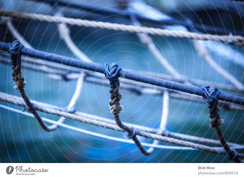 Maritime Vernetzung Seil Schifffahrt Segelboot Segelschiff Wasserfahrzeug An Bord Metall Knoten Netz Netzwerk alt historisch blau braun Sicherheit Schutz Senior