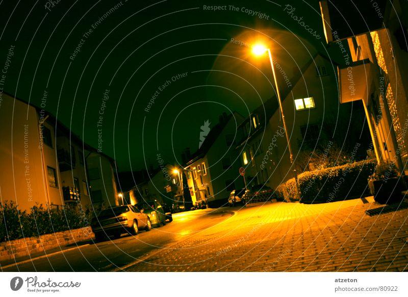 Mainstreet IV Herkunft gelb grün dunkel Einsamkeit Nacht Licht Lampe Hauptstraße Regen nass Bürgersteig Bordsteinkante geradeaus Wohnung Heimat ruhig