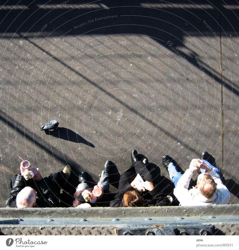 eiffel and people Mann Frau Mensch Vogelperspektive Taube Mittag Picknick Sightseeing Tourist beobachten Schatten Stahl Snack Pappbecher Paris Mittagessen