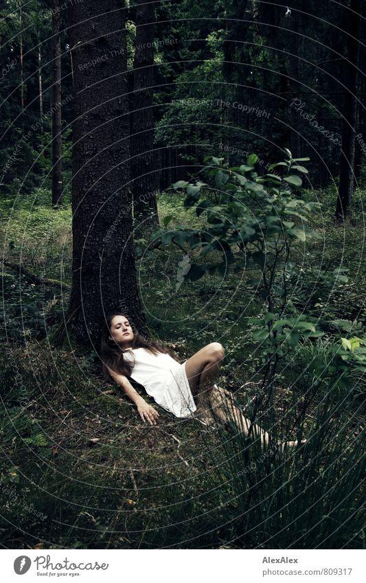 Waldesruh Ausflug Junge Frau Jugendliche Körper Beine 18-30 Jahre Erwachsene Natur Baum Sträucher Kleid Barfuß brünett langhaarig liegen schlafen träumen
