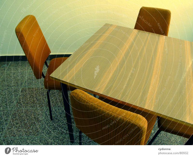Zwischen den Stühlen II Stuhl Tisch leer Polster Wand Sitzung Meinungsaustausch Informationsaustausch Verständigung Diskussionsrunde Gesprächsrunde retro Möbel