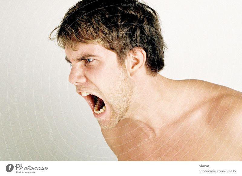 ausrasten Mann Bart Schulter nackt brutal schreien Aggression Wut Unterdrückung unten gerissen Zerreißen aufreißen erdrücken erdrückend bedrohlich drohen groß