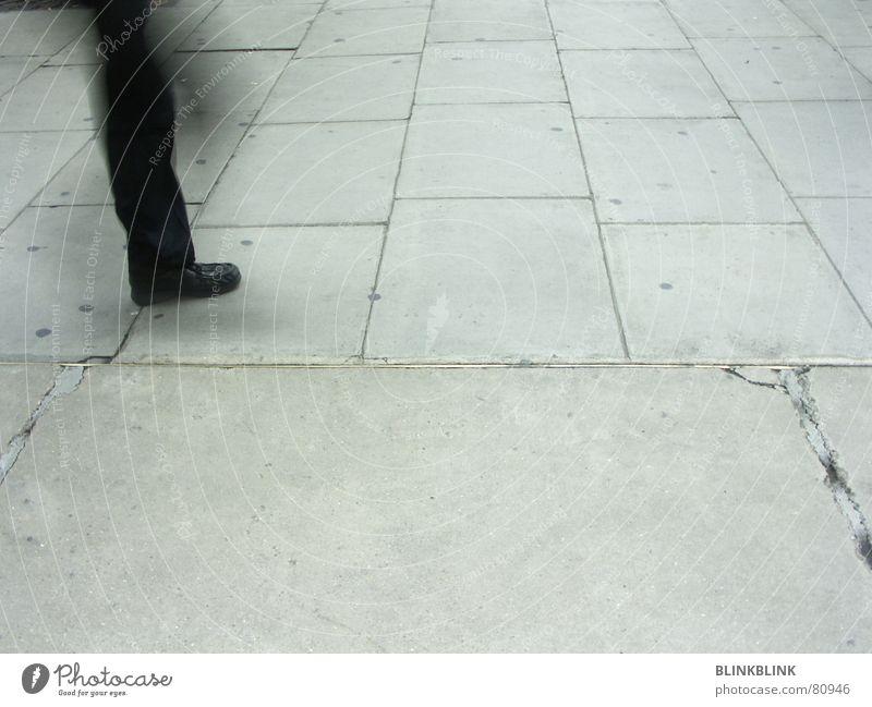one leg show Beton grau Hose Schuhe schwarz Furche gehen Mann Bodenbelag obskur Beine Fuß Straße Bewegung laufen Mensch Strukturen & Formen oxford street