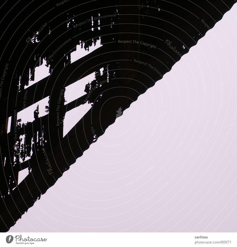 Zahn der Zeit verrückt Vergänglichkeit verfallen Verfall Rost Loch diagonal Zerstörung Scheune Dachgiebel Wellblech Zahn der Zeit