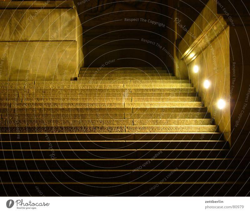 Eingang Städtereise Freitreppe Foyer herrschaftlich Staatsform Flur Regierung Koffer Nacht Portal Quader Sandstein Licht Heiligenschein aufsteigen Aktenkoffer