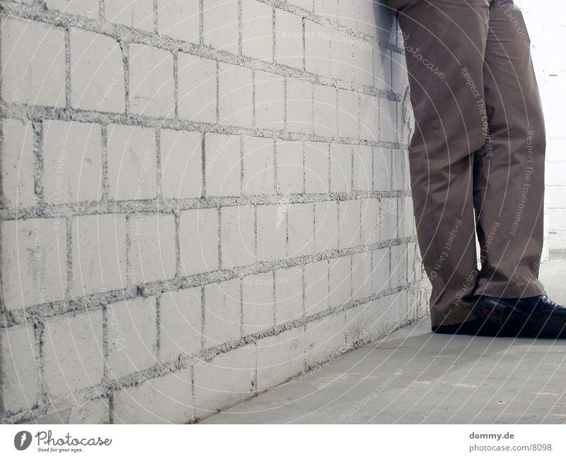 Steh ma ! 2 grau Mauer Fuß Schuhe Beine Hose Backstein
