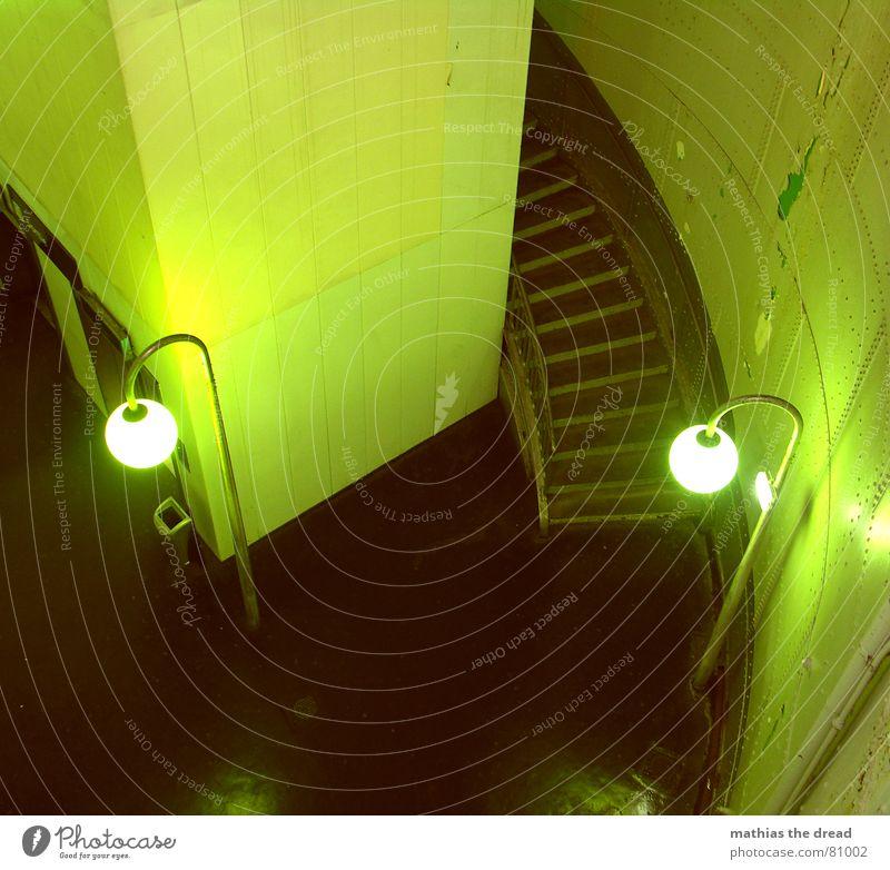 grüne brille Stahlverkleidung Fliesen u. Kacheln Wand rund eckig Laterne Fallrohr Licht leer Einsamkeit bedrohlich Vogelperspektive Raum Tunnel Menschenleer