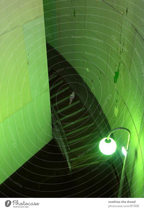 grüne brille 2 Einsamkeit Lampe Wand Tod Mauer Raum Beleuchtung Tür Erde leer Treppe Ecke gefährlich trist rund