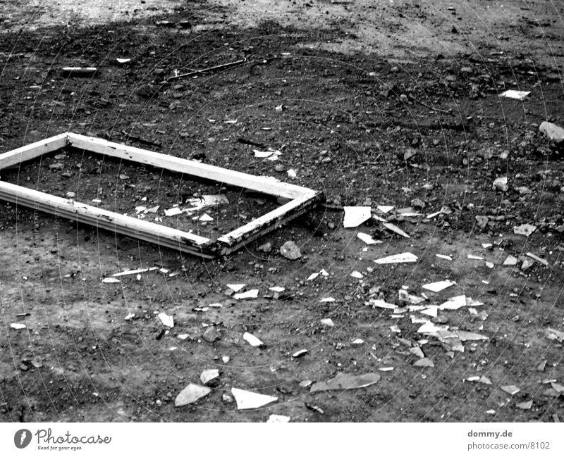 SCHERBEN! Fenster kaputt gebrochen Häusliches Leben Schwarzweißfoto schwerben Rahmen kaz