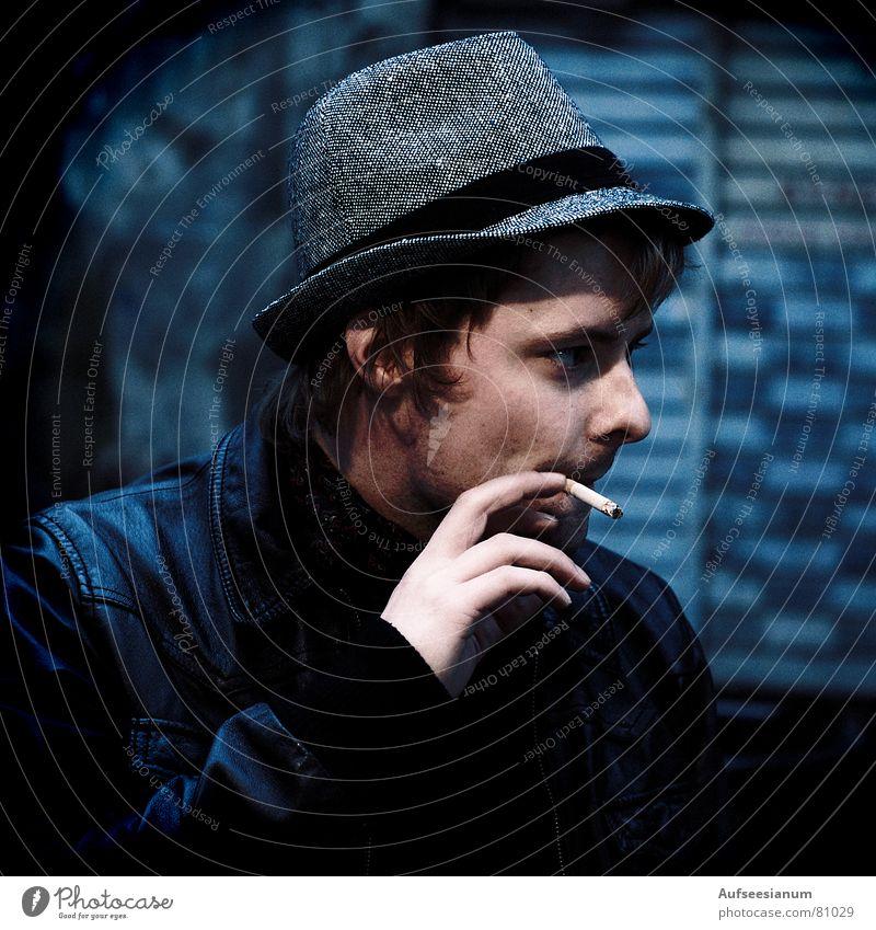 F*cking Bastard Mensch Mann Jugendliche Hand Gesicht Bewegung Stimmung Rauchen Junger Mann Hut Zigarette Abenddämmerung England Ambiente Großbritannien