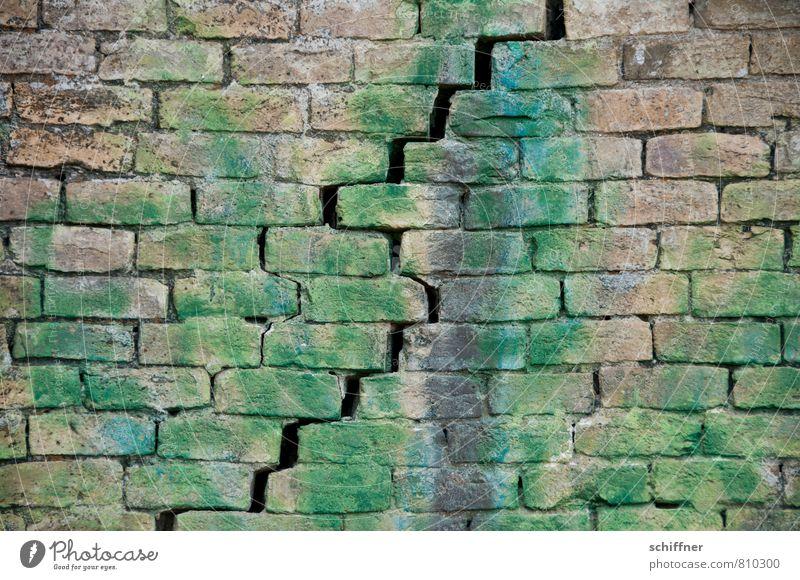 Steinbruch Mauer Wand Fassade bedrohlich Bruch Bruchstück Bruchstein Bruchstelle alt Spalte Gletscherspalte unentschlossen Ruine Verfall verfallen Backstein