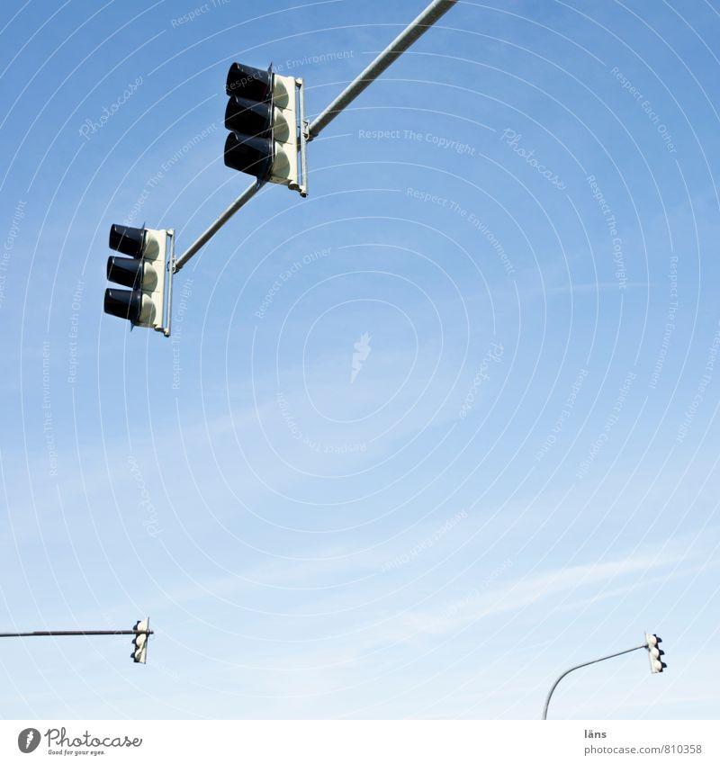 großstadtgiraffen l kreuzungsbereich Himmel blau Wolken oben Ordnung Beginn Schönes Wetter stoppen Ampel Straßenverkehr Problemlösung Straßenkreuzung Präzision