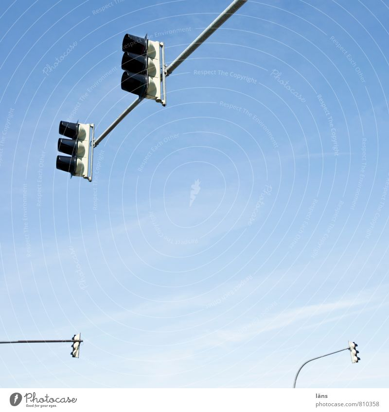 großstadtgiraffen l kreuzungsbereich Himmel Wolken Schönes Wetter Straßenverkehr Straßenkreuzung Ampel oben blau Beginn Problemlösung Ordnung Präzision Regel