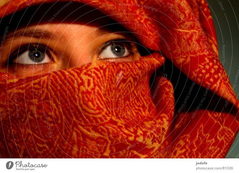 et si je t'aime? Kopftuch rot gelb Muster grau Blick verpackt Porträt Frau feminin Selbstportrait unsicher Auge blau Gesicht face Nase nose aufwärts Stil