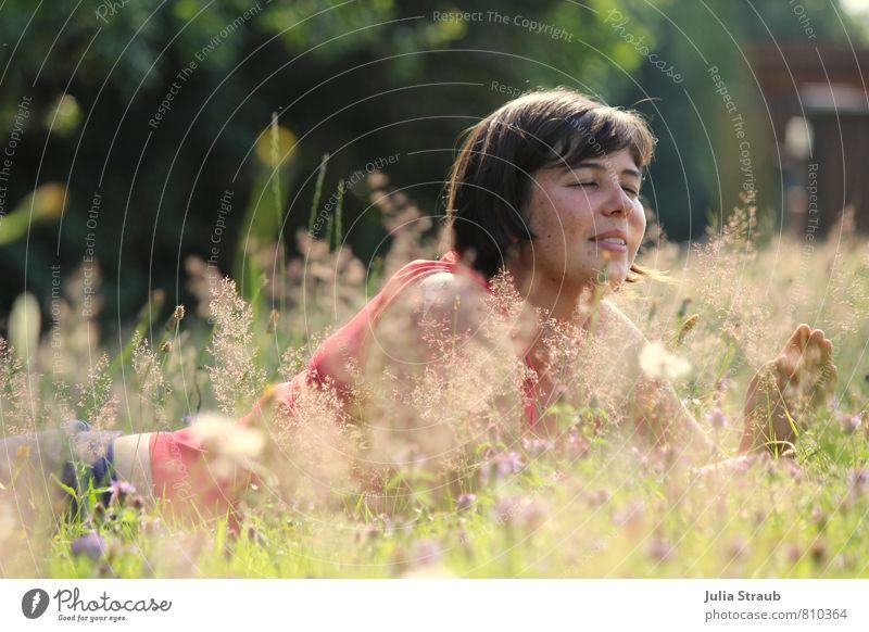 VrO feminin Frau Erwachsene 1 Mensch 18-30 Jahre Jugendliche Natur Sonnenlicht Sommer Pflanze Blume Gras Sträucher Blatt Blüte Grünpflanze Garten Wiese T-Shirt